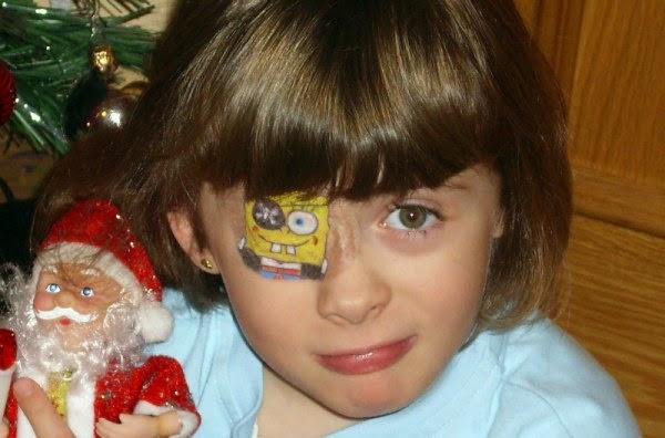 imagen niña con parche en el ojo