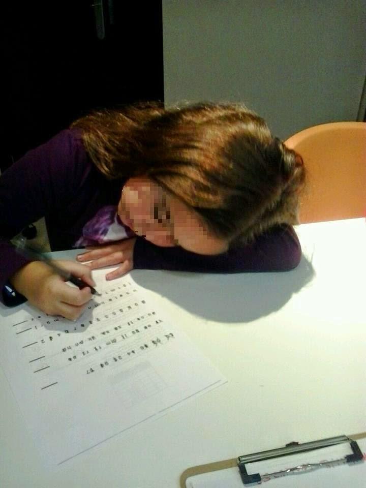 imagen niña rellenando papel