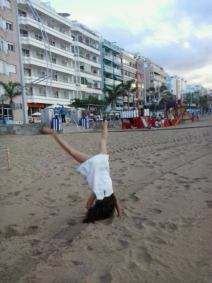 imagen niña en la playa