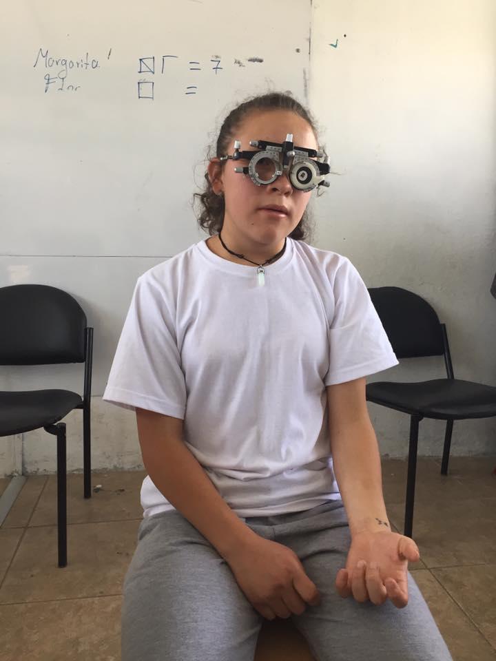 niña gafa de prueba